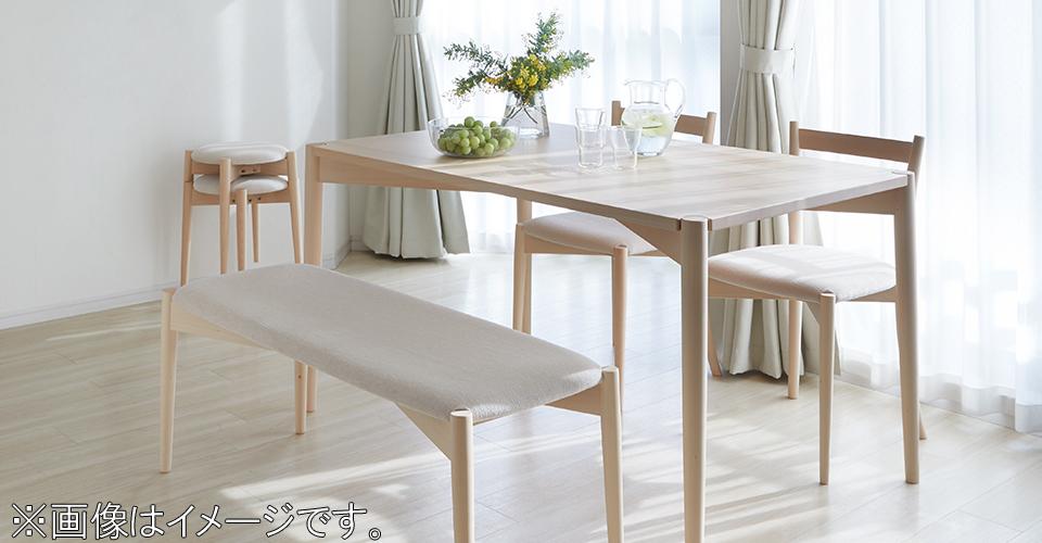 デンマーク語で幸せという意味の「リュッケ」シリーズのダイニングテーブル