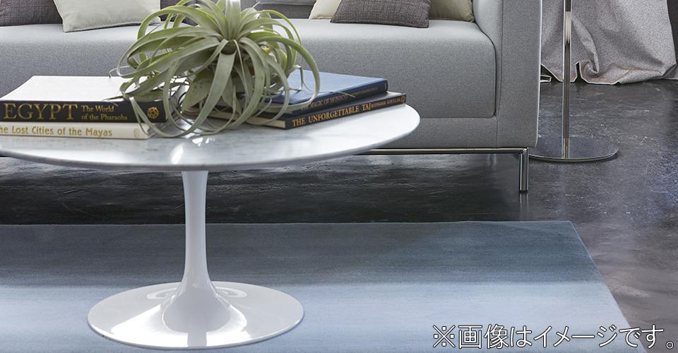 天板にホワイトカラーラが贅沢に使用されたセンターテーブル