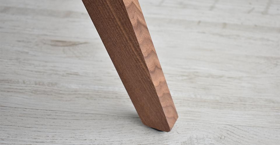 エッジの効いたウォールナット材の脚部