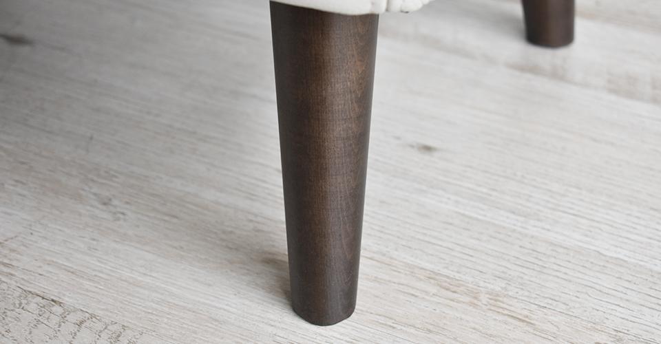 高さのあるすっきりとした木製脚