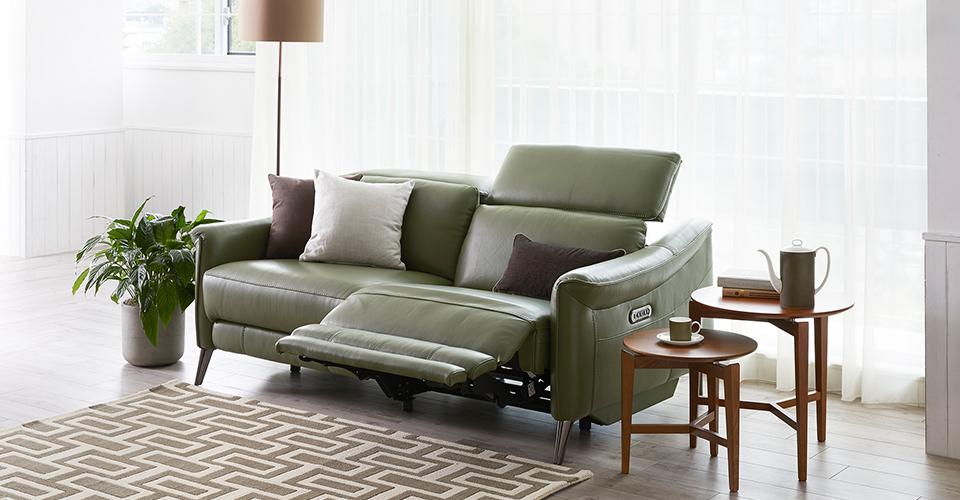 限られたスペースにも置きやすい、コンパクトサイズの電動リクライニングソファ